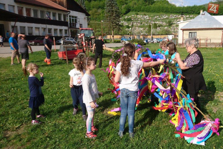 Veľká FOTOGALÉRIA: Takto sa stavali máje v dedinkách pri Považskej Bystrici