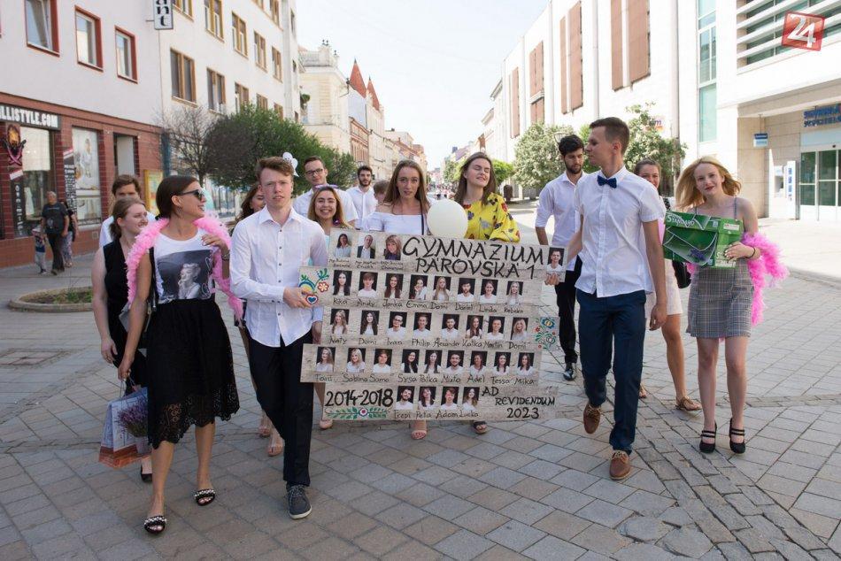 Nitrianski maturanti sa lúčia so školou: S tablom vyrazili do ulíc, FOTO
