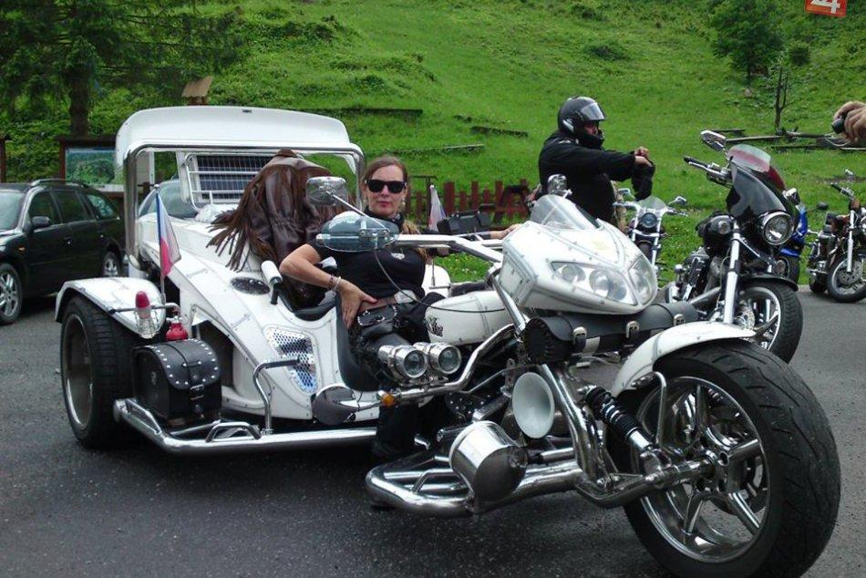 V OBRAZOCH: Bystrickí motorkári otvorili cesty stredného Slovenska
