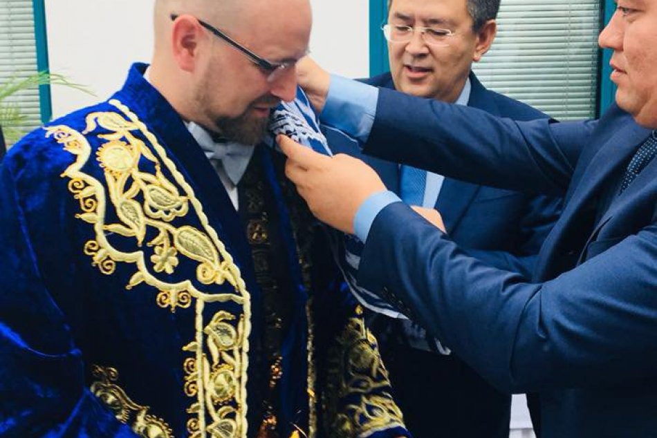 FOTO: Uzbecká delegácia darovala Viskupičovi bohato zdobený chapan