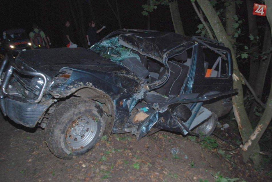 Auto zostalo visieť nad roklinou: Pred pádom ho zachránili stromy