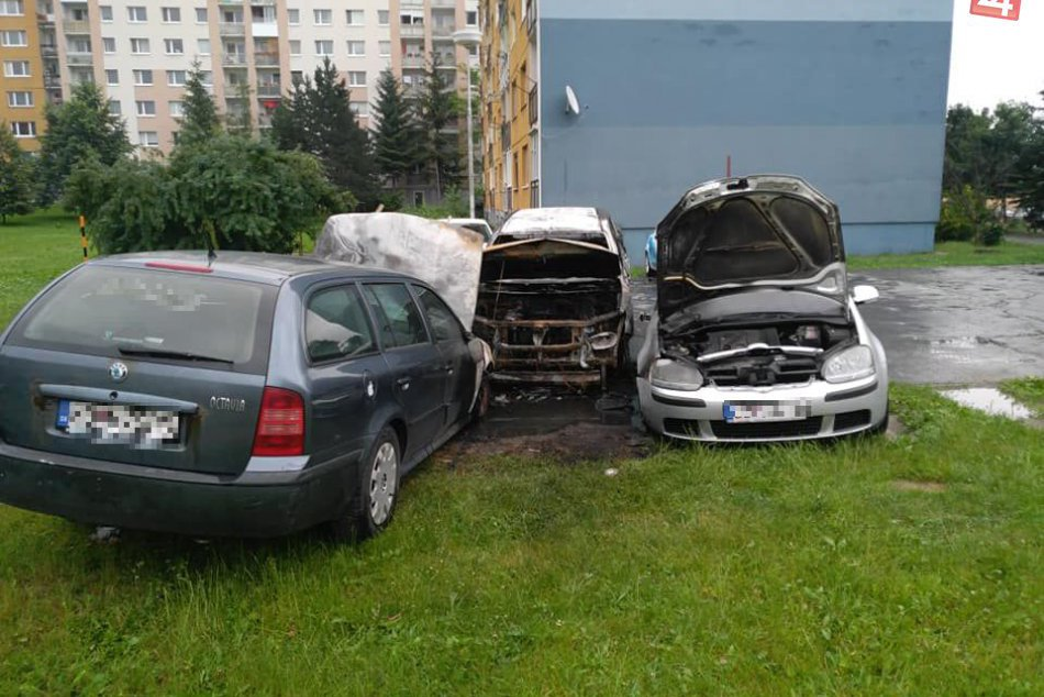V OBRAZOCH: V Podlaviciach horeli 3 autá. Pozrite si foto z miesta