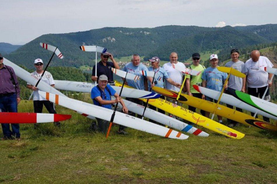 Obrazom: Súťaž leteckých modelov na Dobšinskom kopci
