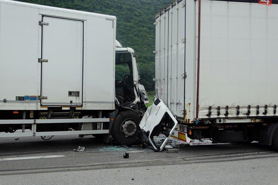 Obrazom: Zrážka kamiónov a dodávky pri Rožňave