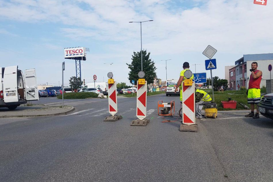 V Šali a okolí renovujú cesty aj chodníky: Vodičov potešia svetelné gombíky