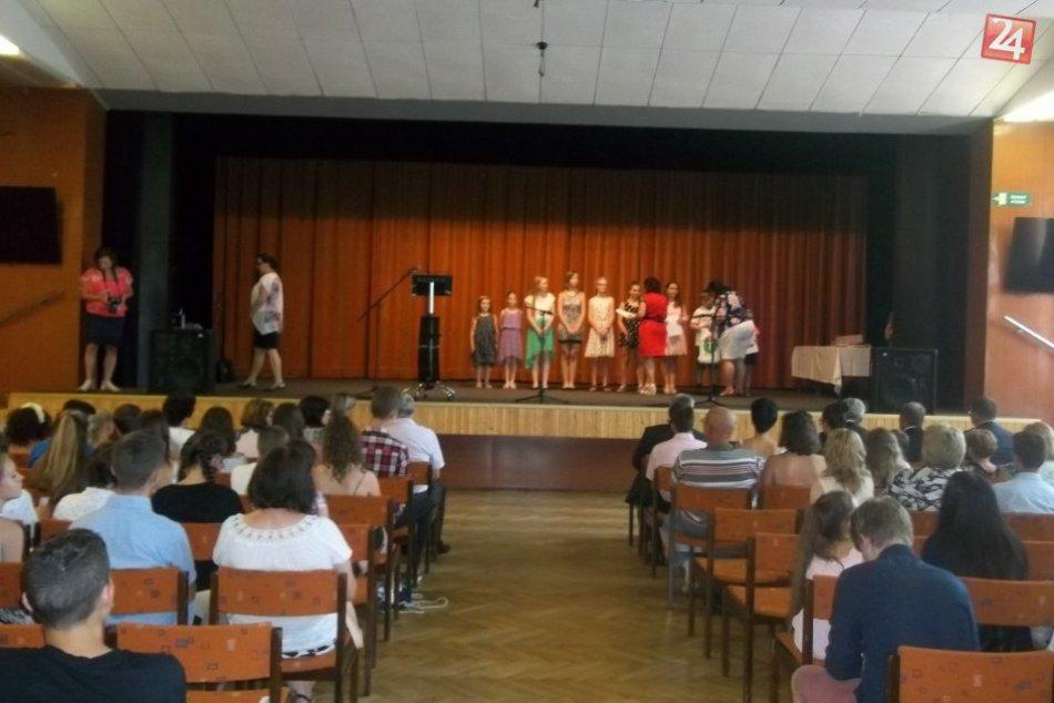 V Šali odmeňovali žiakov: Za usilovnosť dostali poukážku alebo darček, FOTO