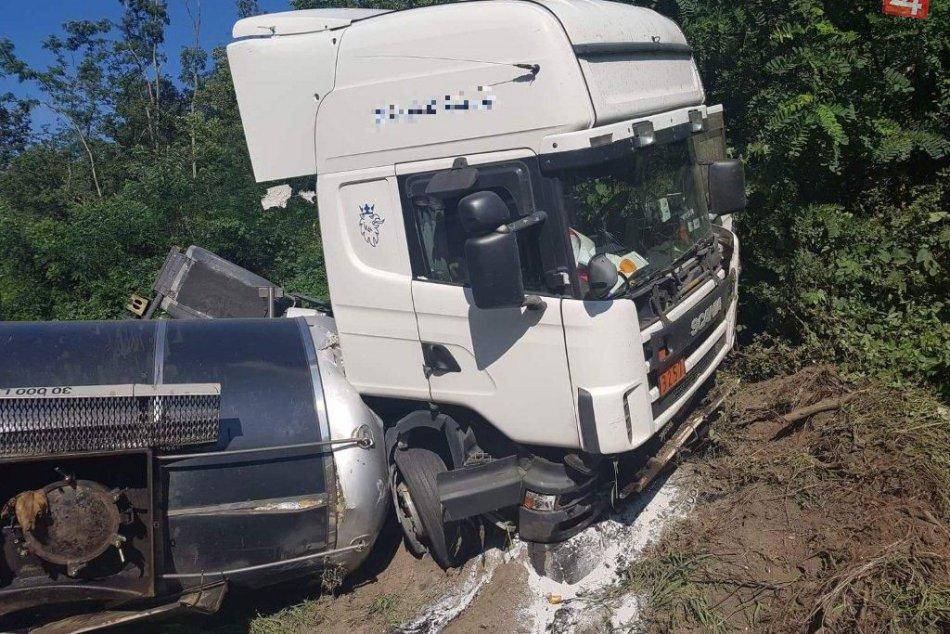 V OBRAZOCH: Kamión zablokoval cestu medzi Zvolenom a Krupinou