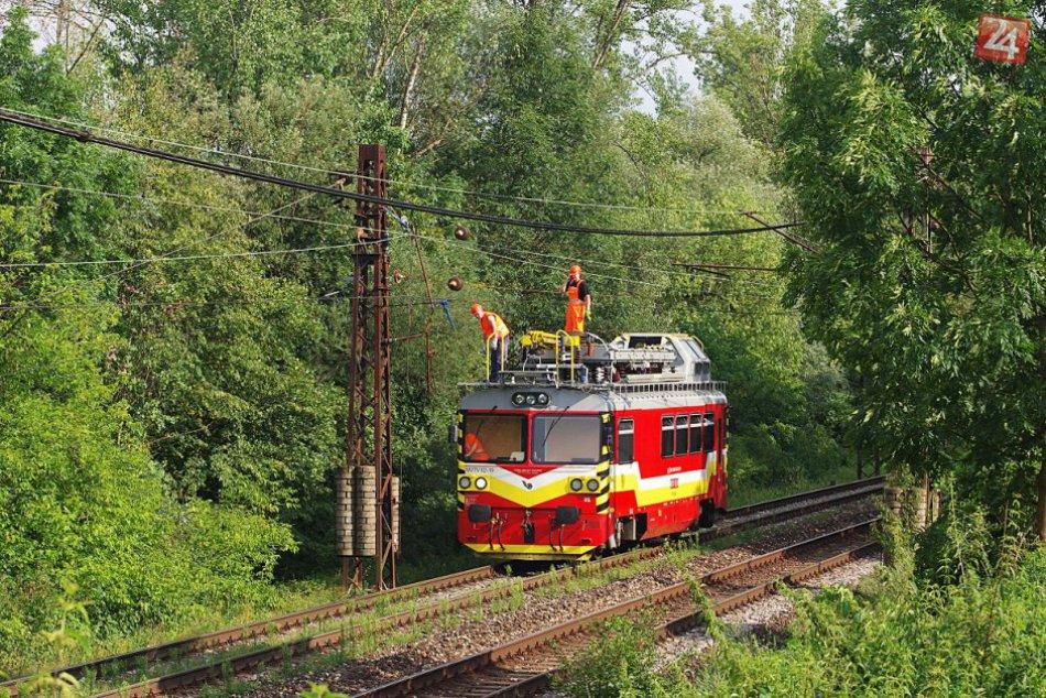 Pri Považskej na železničnú trať spadol strom: Pozrite zábery z miesta