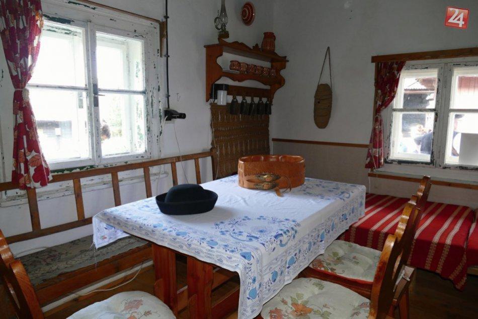 V terchovskej osade Jánošovia otvorili dom Juraja Jánošíka: Čo tam uvidíte?