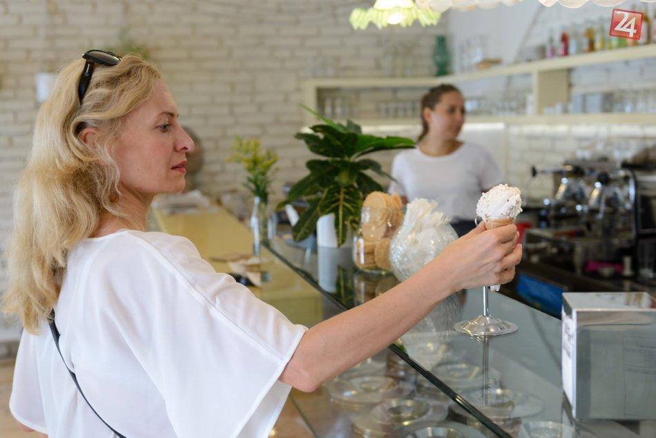 Ako zvládajú horúčavy Nitrania? So zmrzlinou pri fontáne, FOTO