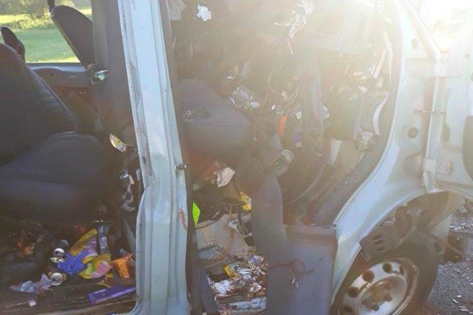 Zrážka dodávky a nákladiaku: ZÁBERY z miesta otrasnej nehody!