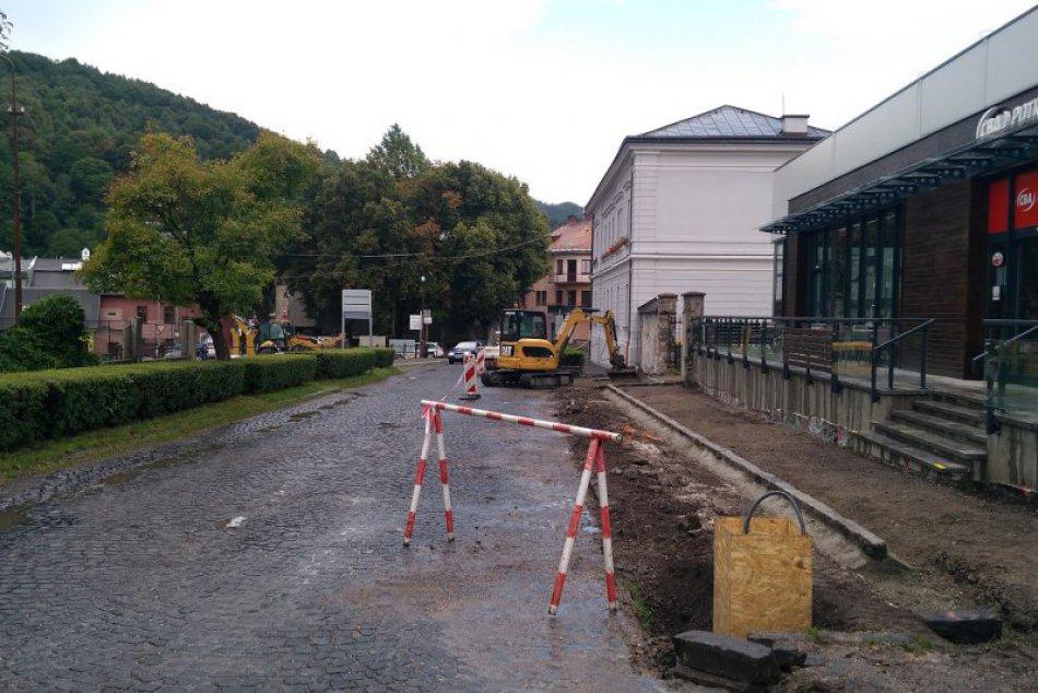 V Kremnici opravujú cesty a chodníky na Zechenterovej ulici: Zábery z miesta