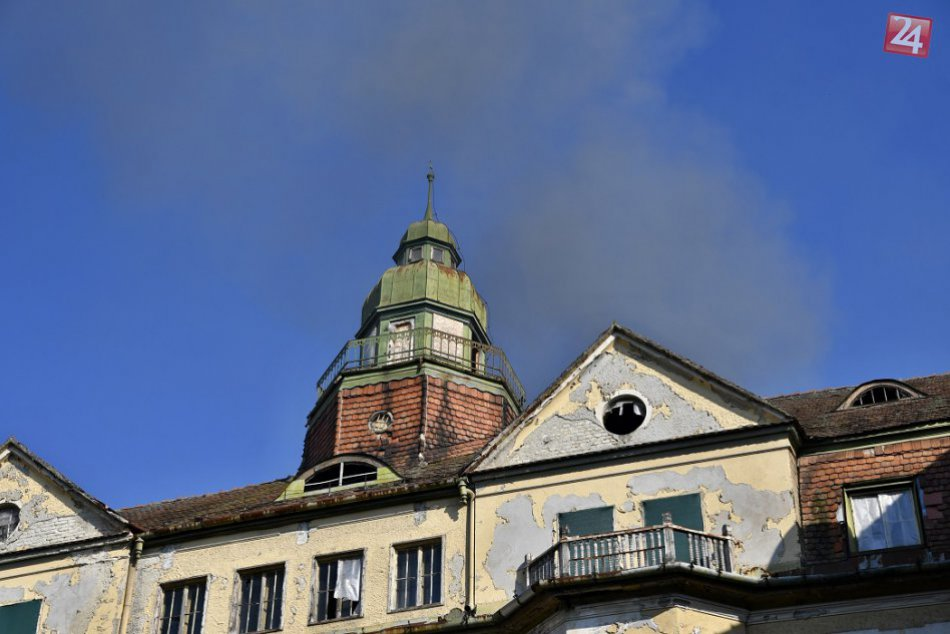 FOTO: Hasiči zasahovali v Piešťanoch pri požiari bývalého hotela