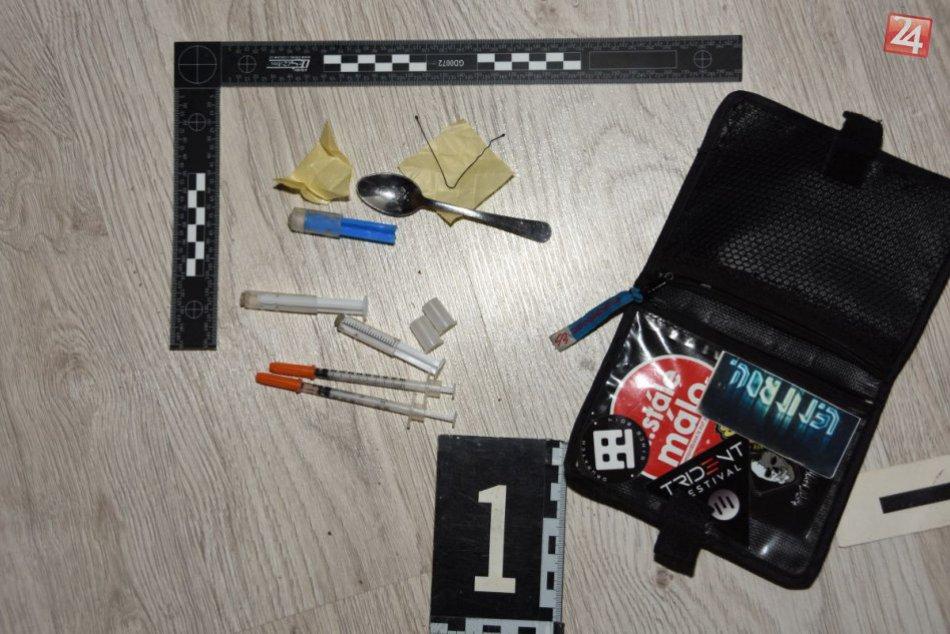 Dievča (17) a mladíka (21) obvinili z obchodovania s drogami