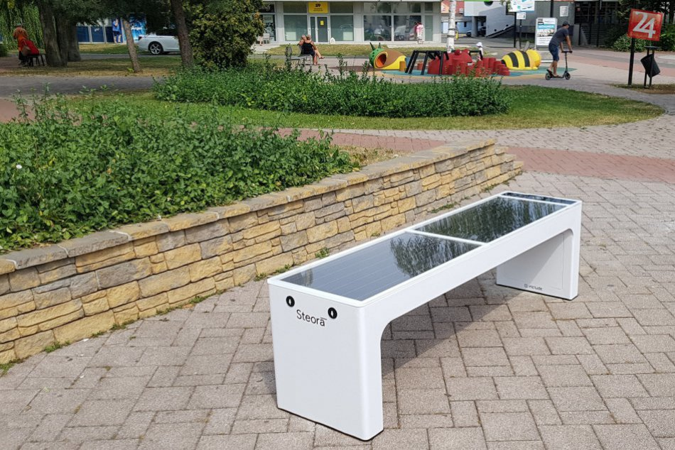 OBRAZOM: Inteligentná lavička na Námestí slobody v Michalovciach