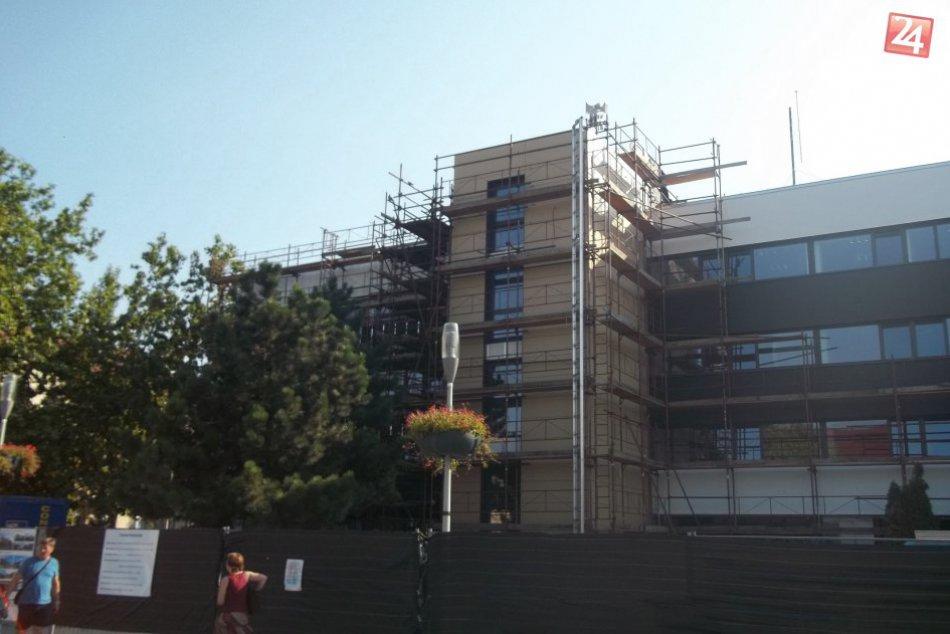 FOTO, Mestský úrad v Šali zmenil svoju tvár, onedlho mu pribudne zelená strecha