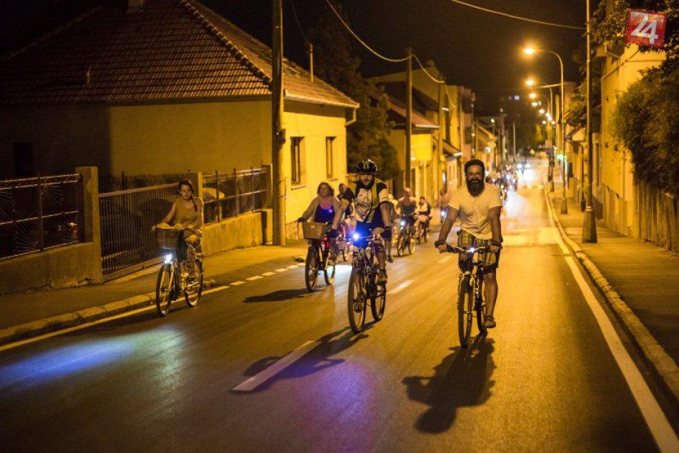 1. nočnej cyklojazdy v Nových Zámkoch sa zúčastnilo vyše 100 cyklistov