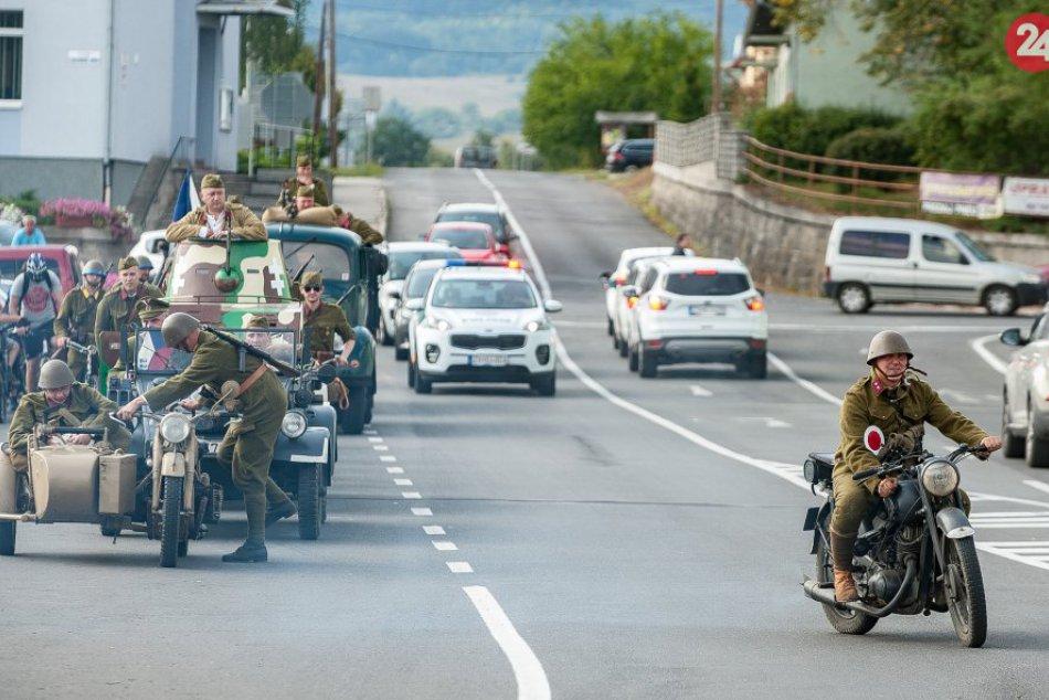 V OBRAZOCH: Jazda dobovej cyklistickej eskadróny zo Zvolena do Bystrice