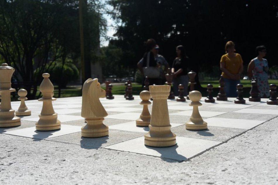 Hravo v považskobystrických parkoch: Na týchto miestach pribudli šachové stoly