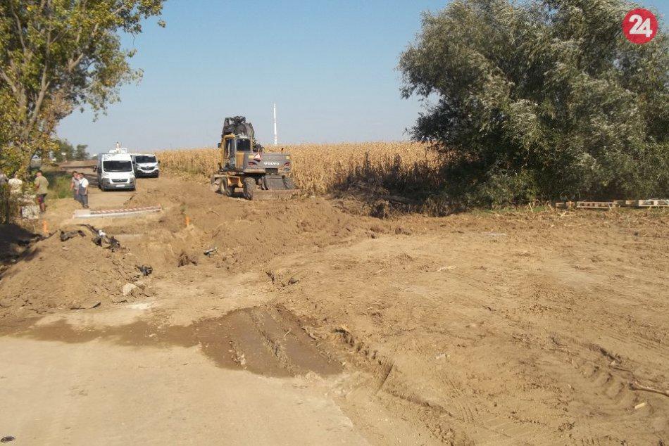 FOTO, Výstavba cyklotrasy v Šali je spustená, stroje už zarezávajú v poliach
