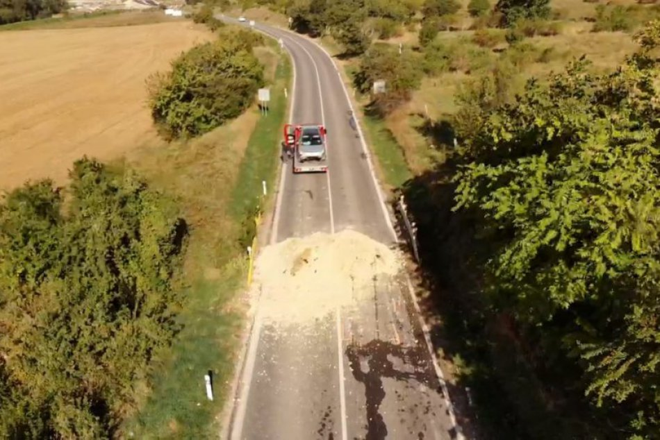 Kuriózna nehoda na uzavretej ceste v Nitre: Auto preletelo cez kopu piesku, FOTO