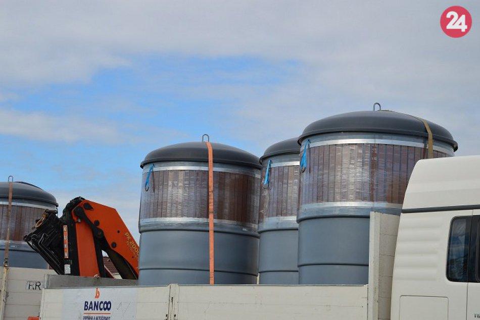 FOTO, Obyvateľom Veče už priviezli kontajnery: Onedlho využijú polopodzemný zber