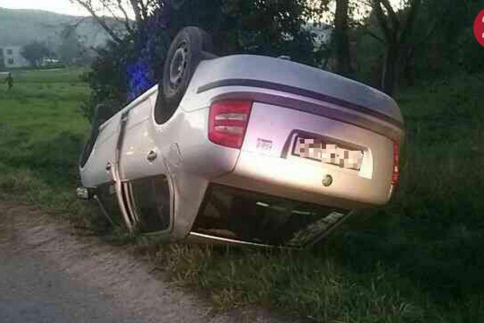 Nehoda v Hatnom: Auto skončilo mimo cesty na streche