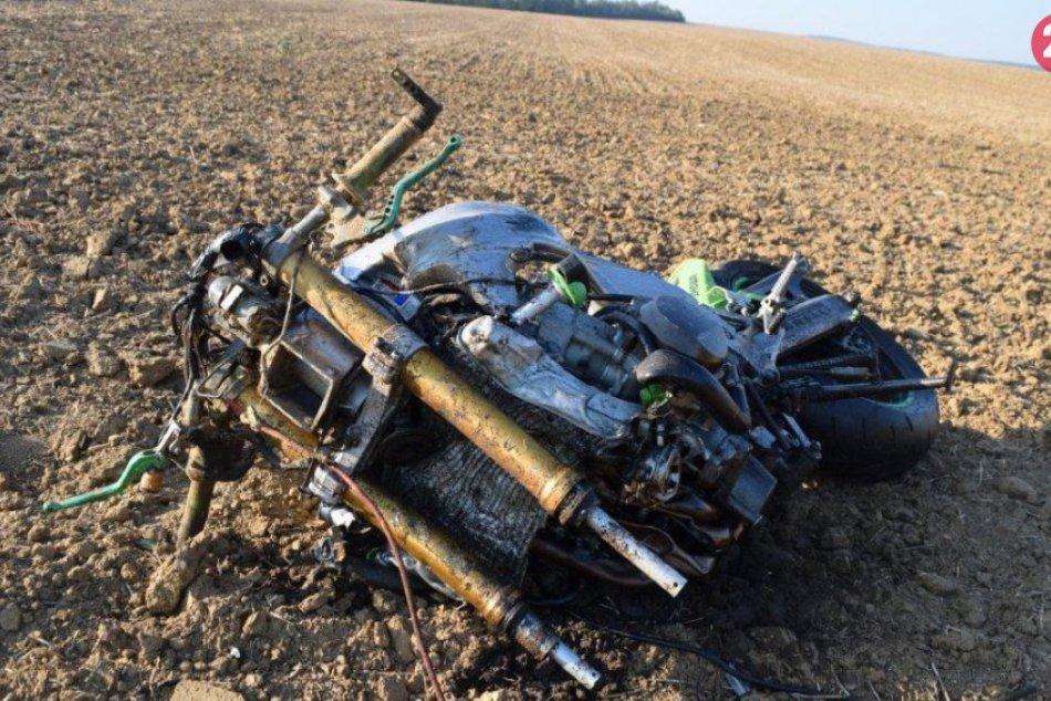 Motocyklista zomrel na následky zranení po zrážke s osobným autom