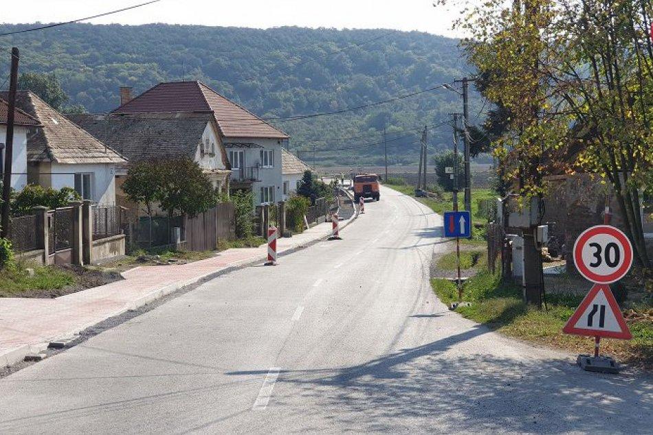Chodník v obci Veľké Dravce