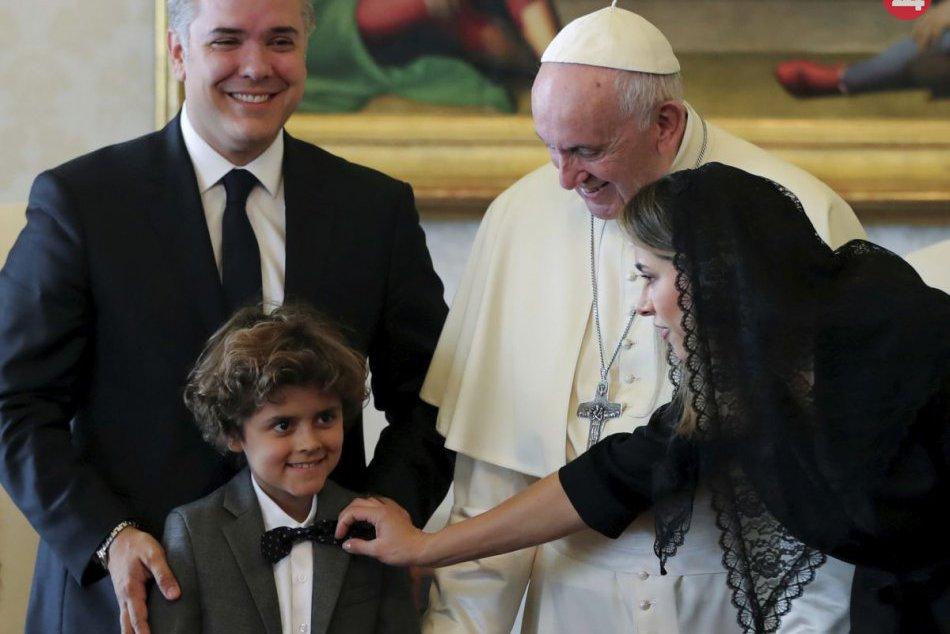 Pápež František dostal futbalový dres