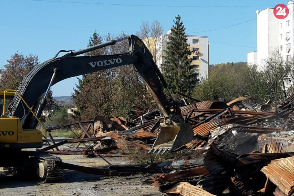 Zhorenisko po veľkom požiari na SNP po pol roku odstraňujú: Zábery z miesta