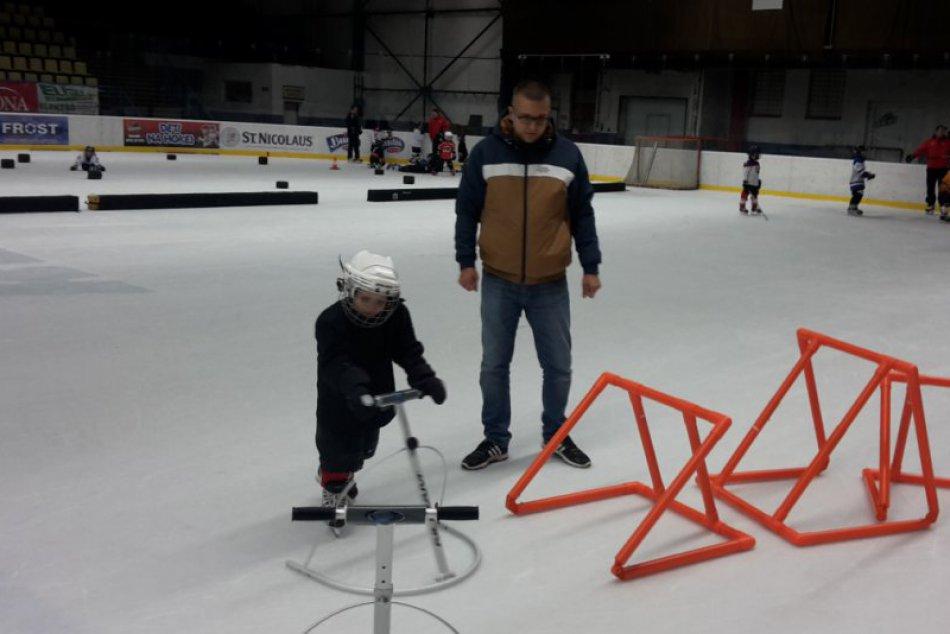 Nové pomôcky pre najmenších korčuliarov v Považskej: FOTO z tréningu prípravky