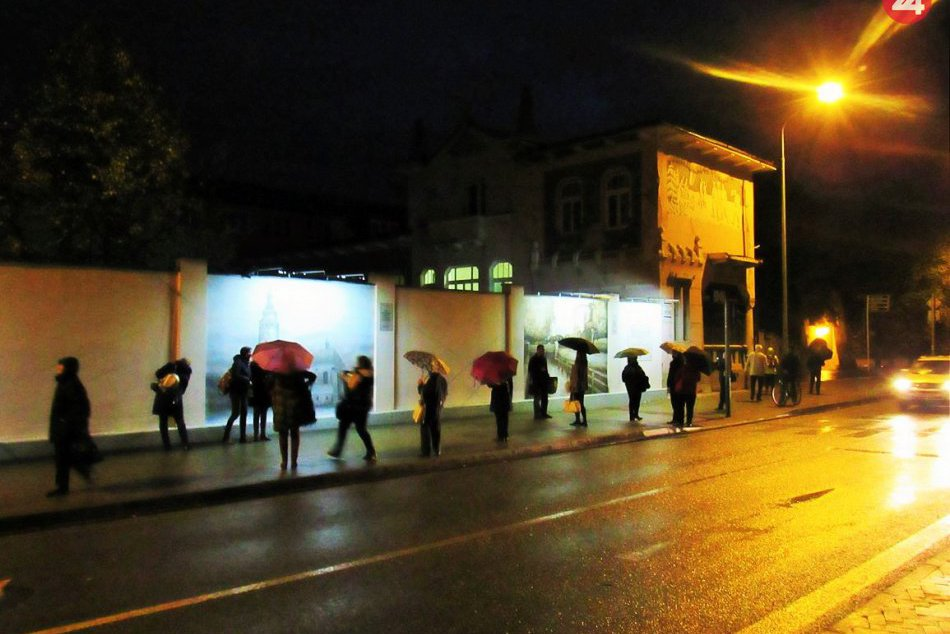 Krásne diela na známej prešovskej ulici: Takto sa už po novom vynímajú v noci