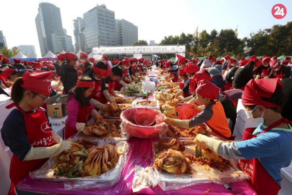 3000 Kórejčanov vyrába tradičné jedlo, darujú ho chudobným