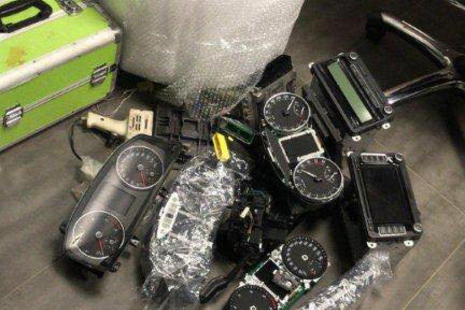 Polícia zaistila 29 áut, riadiace jednotky i rušičky