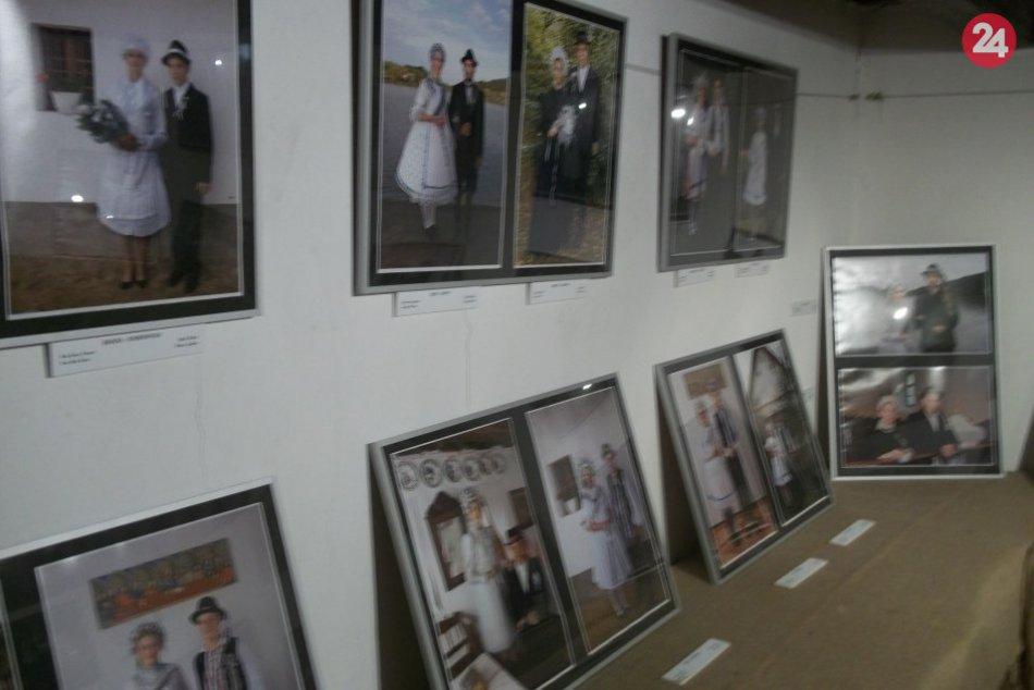 FOTO, V šalianskom domčeku uvidíte novú výstavu: Svadobné kroje na fotografiách