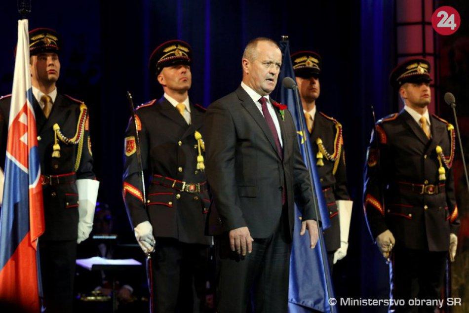 V OBRAZOCH: Prezident SR a minister obrany ocenili v opere vojnových veteránov