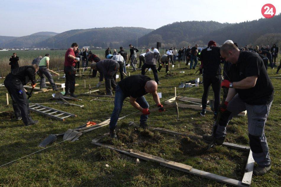 Takto to vyzeralo na súťaži v kopaní hrobov