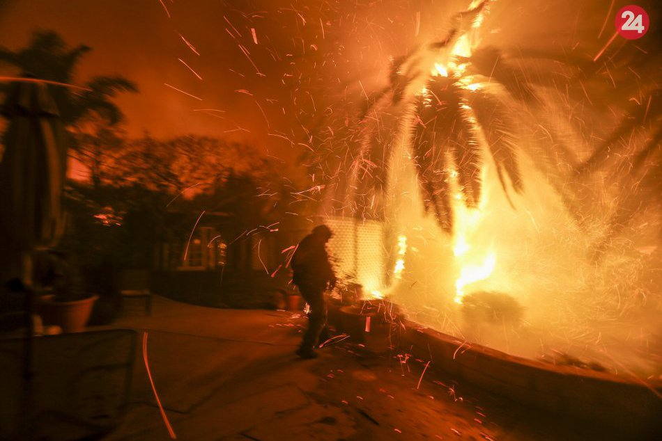 PHOTO: North American California ravages a forest fire