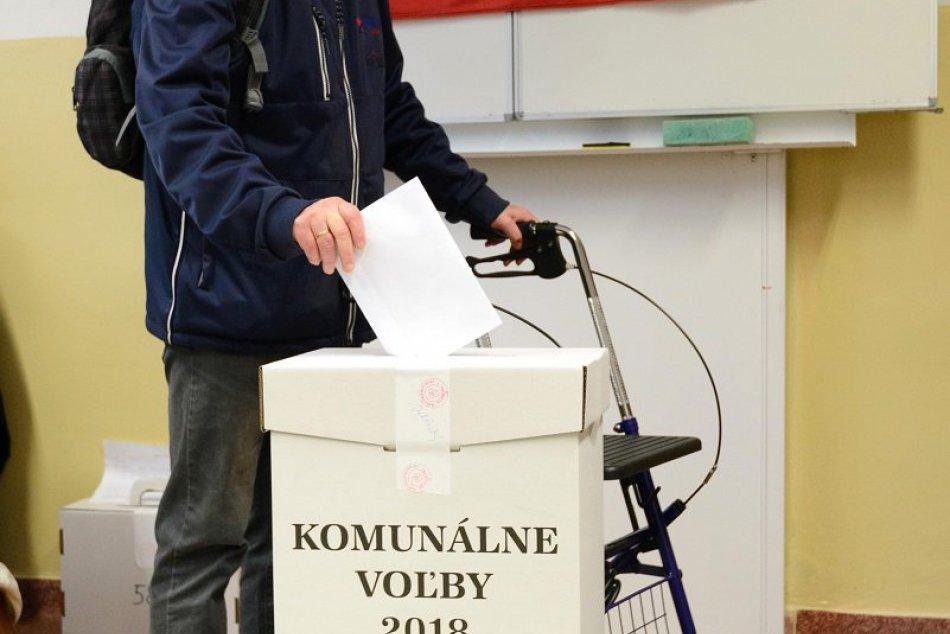 Slabozrakí voliči odovzdali svoj hlas v Nitre: Pomáha im aj mobilný telefón, VID