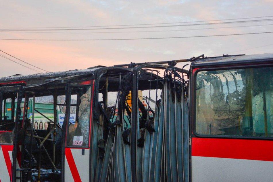 FOTOGRAFIE z miesta: Vo Veľkom Šariši zachvátil autobus MHD požiar
