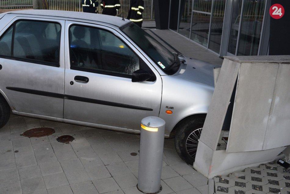 FOTKY z miesta: Vodič Fordu narazil v Humennom do skrine elektrického rozvádzača