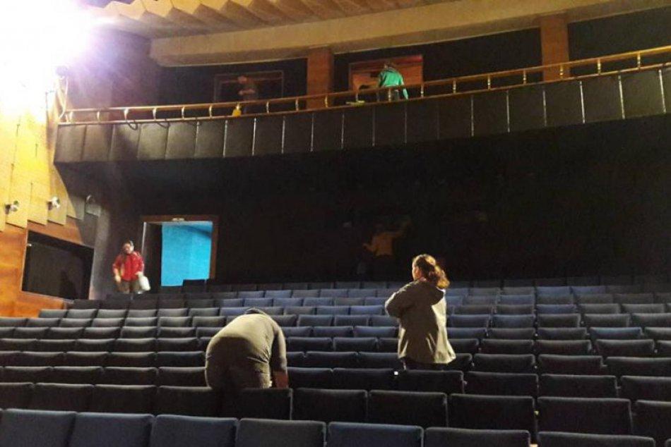 Dom kultúry v Považskej ožíva: Takto sálu pripravovali na Noc divadiel