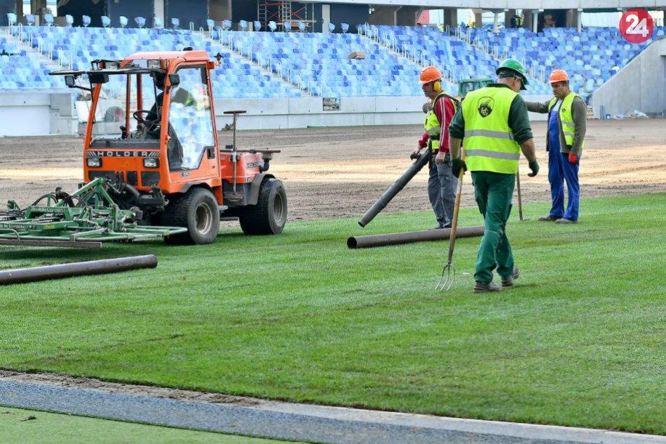 Ukladanie trávnika na Národný futbalový štadión