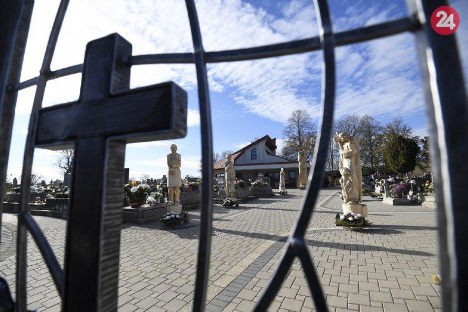 Rezbárske diela na cintoríne v Kechneci