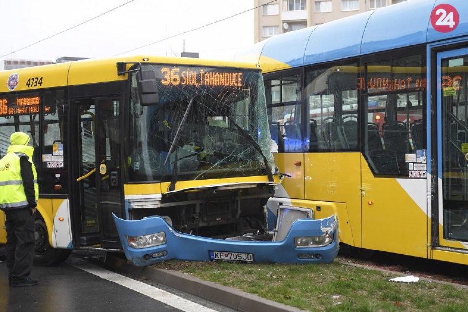 dopravná nehoda autobusu a električky na Triede SNP v Košiciach