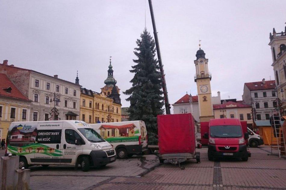 V OBRAZOCH: Už stojí. Takto vyzerá vianočný stromček na bystrickom námestí