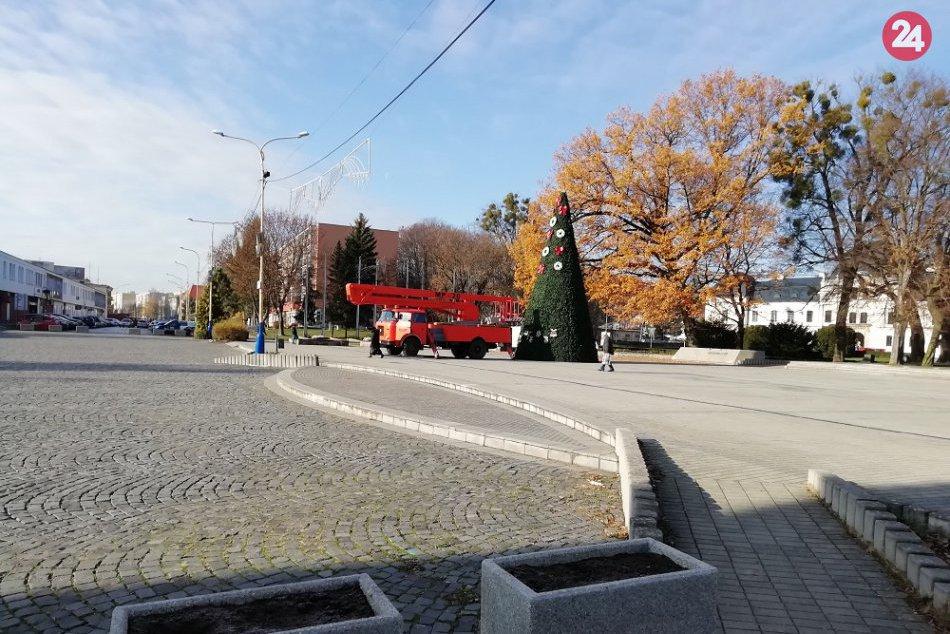V OBRAZOCH: Na humenskom námestí sa už vypína vianočný stromček