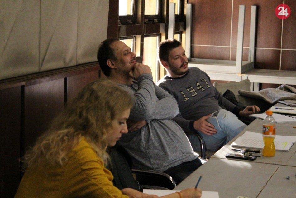 FOTO: Herci DAB v Nitre skúšajú najlepšiu francúzsku komédiu súčasnosti