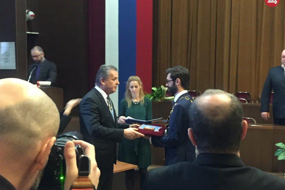 FOTO: Novozvolení poslanci na čele s primátorom Nitry Marekom Hattasom zložili s